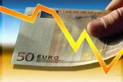 Euro falls to one-month low as political worries heighten